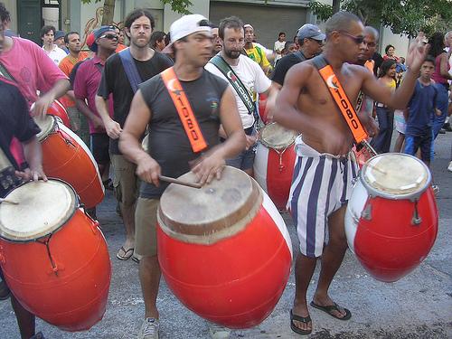 Comparsa tocando candombe